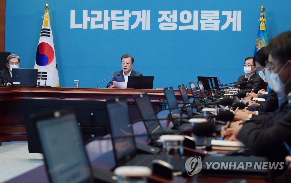 4月27日,在青瓦台,文在寅主持召开首席秘书和辅佐官会议。 韩联社