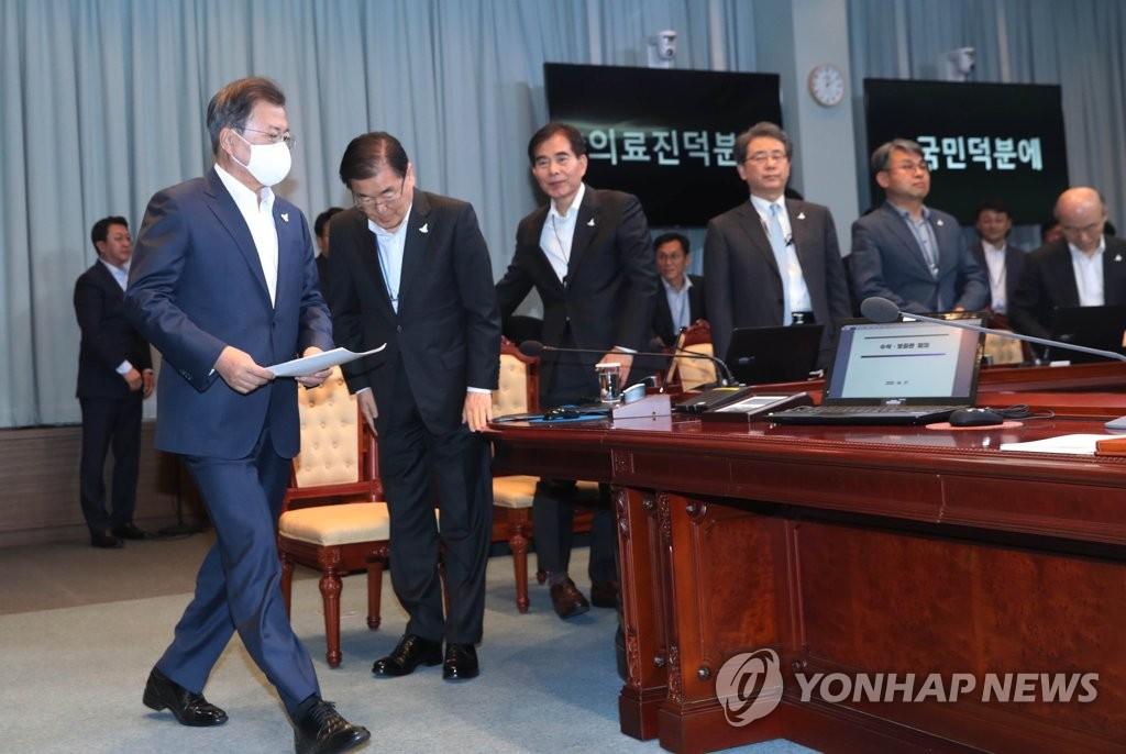 4月27日,在青瓦台,文在寅(左)主持召开首席秘书和辅佐官会议。 韩联社