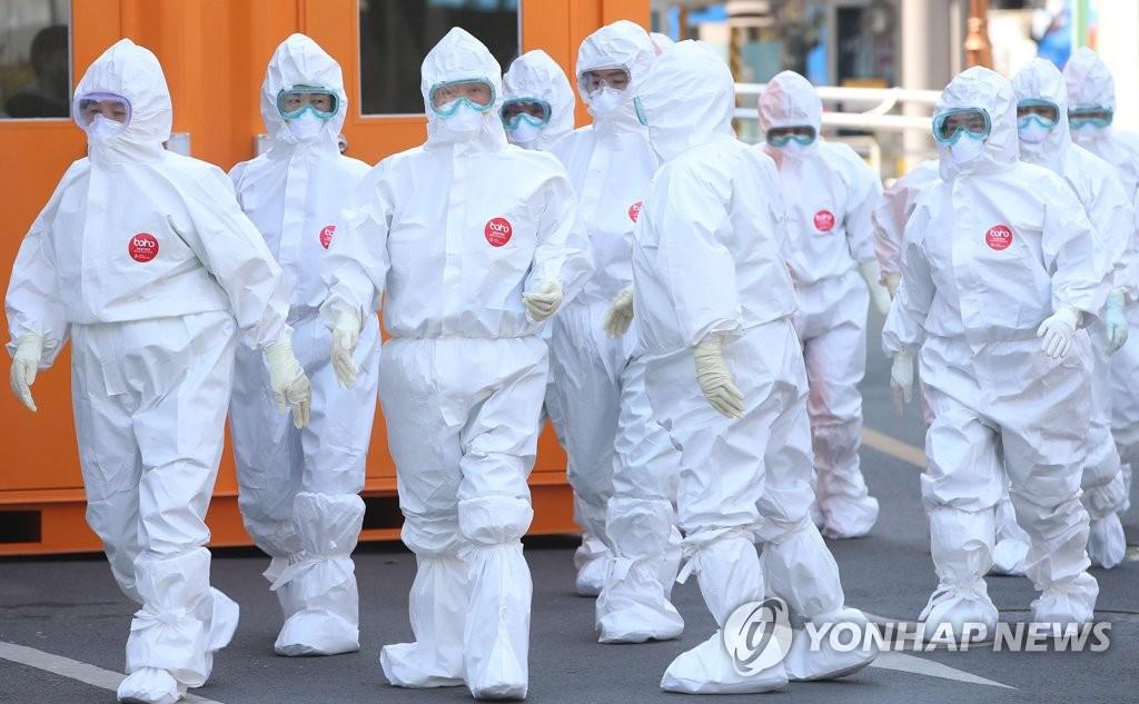 资料图片:4月27日,在大邱市中区启明大学附属大邱东山医院,医务人员前往隔离病房。 韩联社