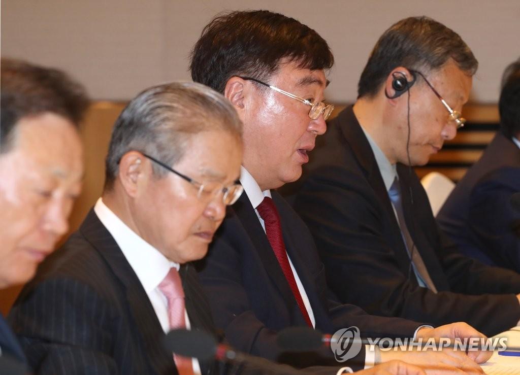 4月28日上午,在全经联会馆会议中心,邢海明(左三)出席座谈会并发言。 韩联社
