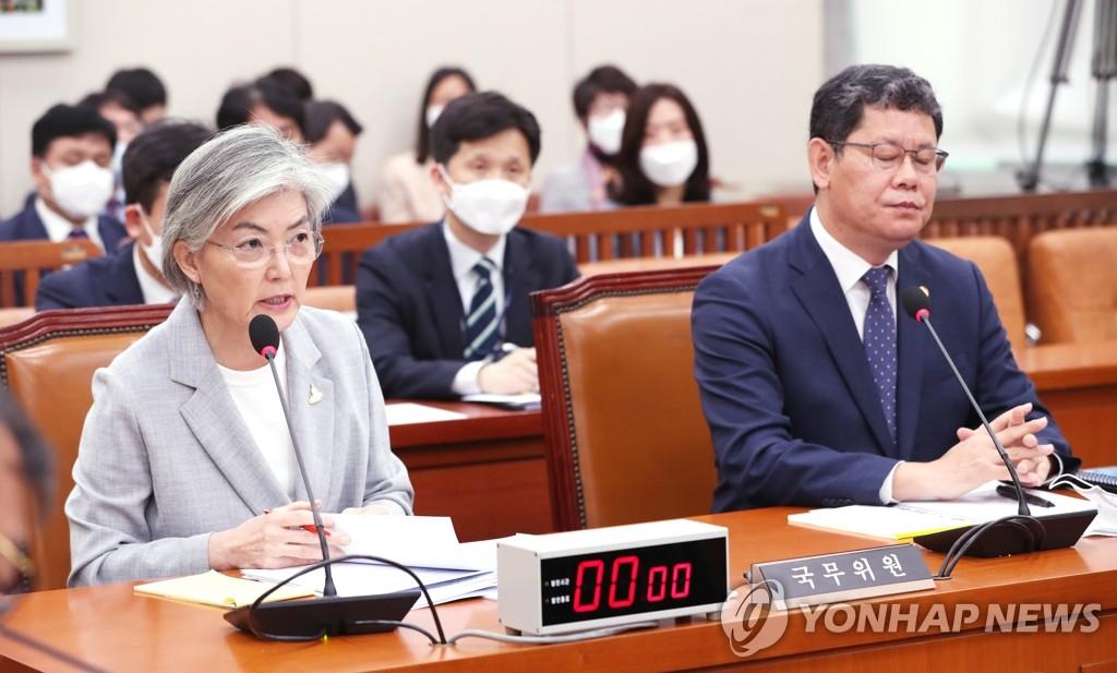 4月28日,韩国外长康京和(左)在国会外交统一委员会全体会议上发言。 韩联社