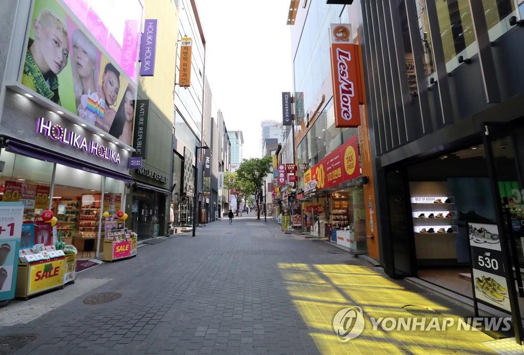 资料图片:首尔明洞街头异常冷清,图片摄于4月28日。 韩联社