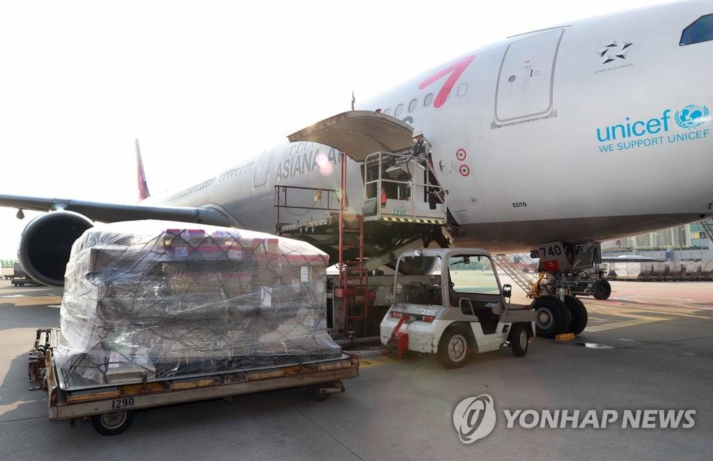 资料图片:4月29日,在仁川国际机场第一航站楼,工作人员将出口海外的半导体等韩企产品装机。 韩联社/产业通商资源部供图