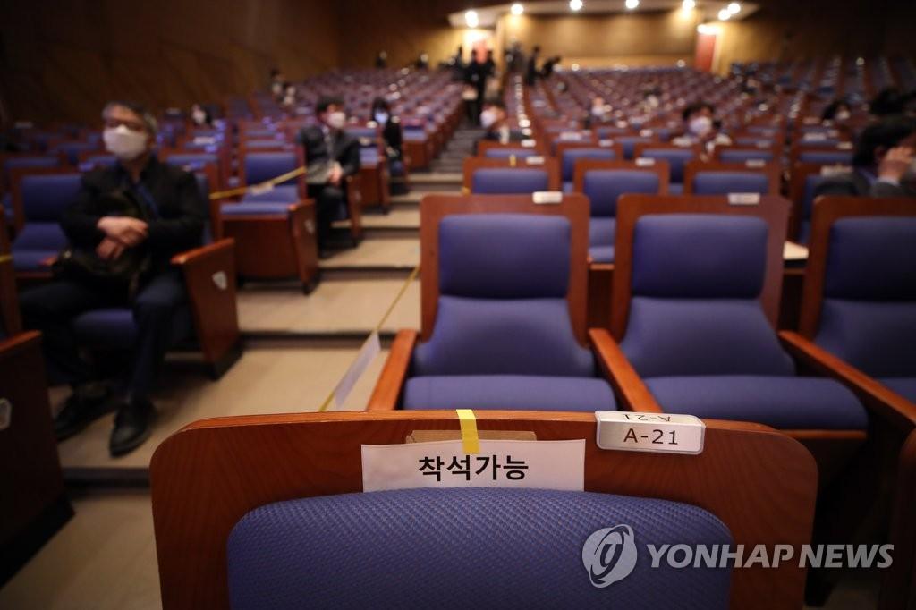 4月29日,在首尔市的国民大学,第一届国民大学中国人文社会研究所HK+事业团国内学术会议与会人员保持人际距离。 韩联社
