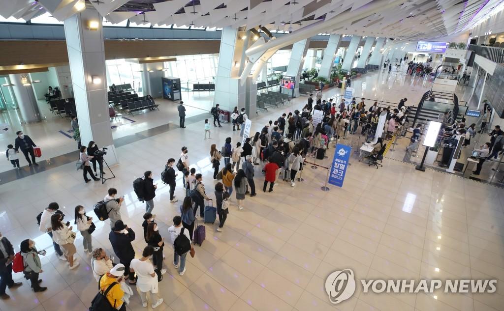 资料图片:4月29日,首尔金浦机场国内航线候机大厅挤满了旅客。韩联社