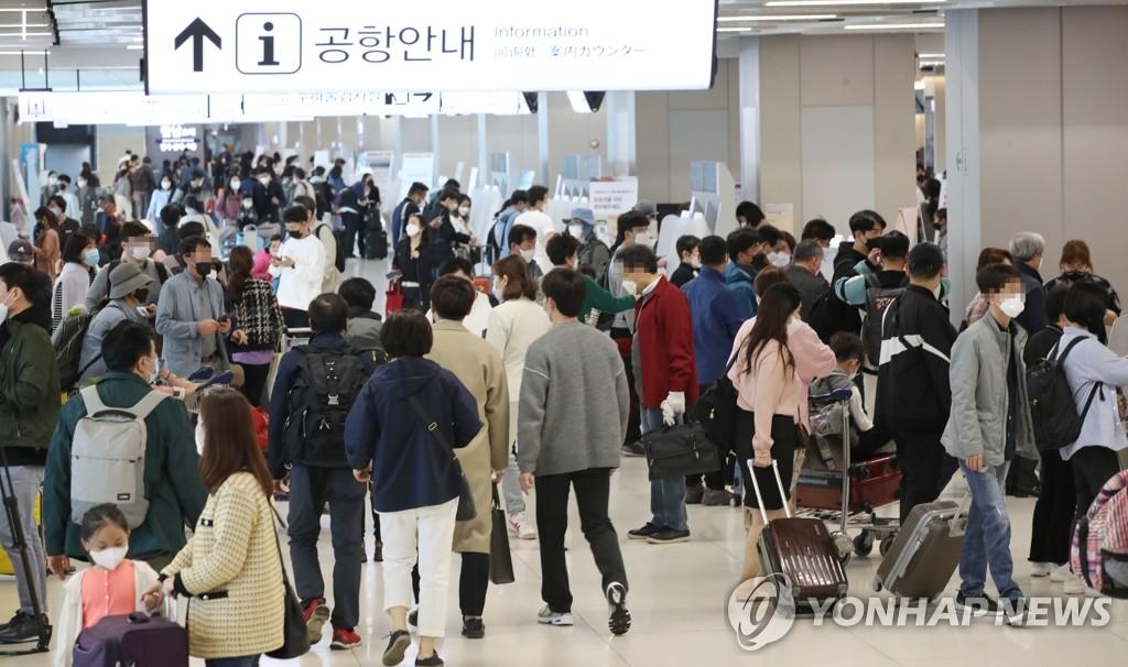 资料图片:4月29日,首尔金浦机场国内航线候机大厅挤满了旅客。 韩联社