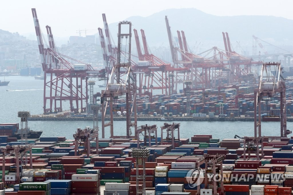 资料图片:5月1日的釜山港集装箱码头 韩联社