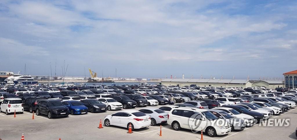 资料图片:今年5月,江原道江陵市海边停车场停满车辆。 韩联社