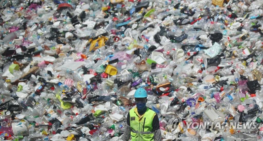 资料图片:垃圾成山 韩联社