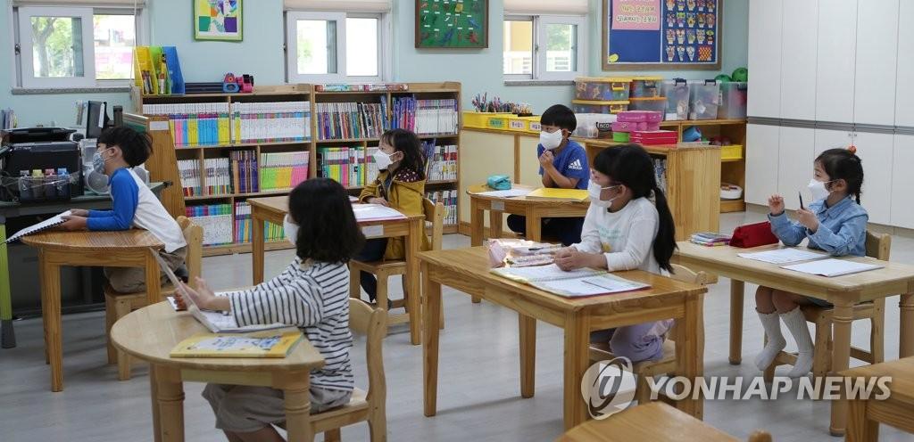 资料图片:戴口罩上课 韩联社