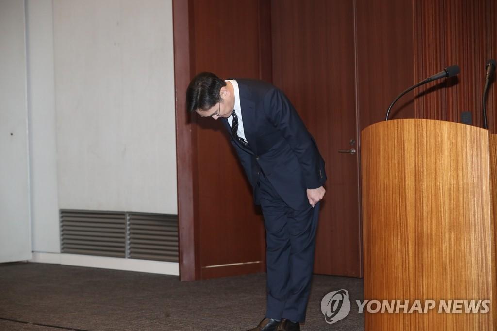 5月6日,在三星总部,李在镕向全民道歉前鞠躬问候。 韩联社