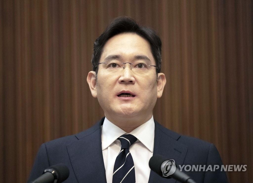 资料图片:5月6日,在位于首尔瑞草洞的三星电子总部,三星电子副会长李在镕就继承公司经营权和工会等问题向全民道歉。 韩联社