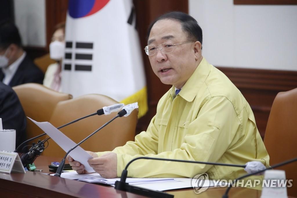 5月7日,在中央政府首尔办公楼,洪楠基主持第二次紧急经济中央对策本部会议。 韩联社