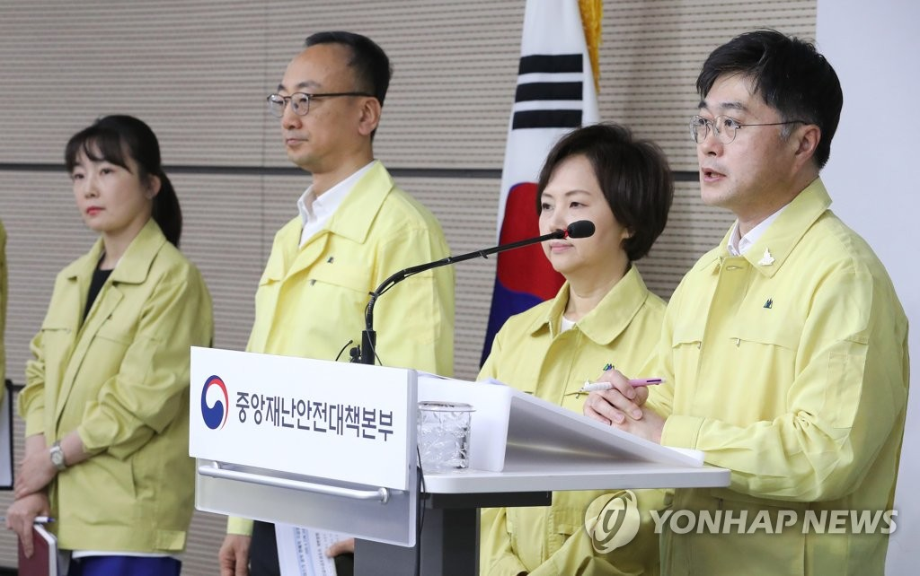 资料图片:尹泰皓(右一) 韩联社