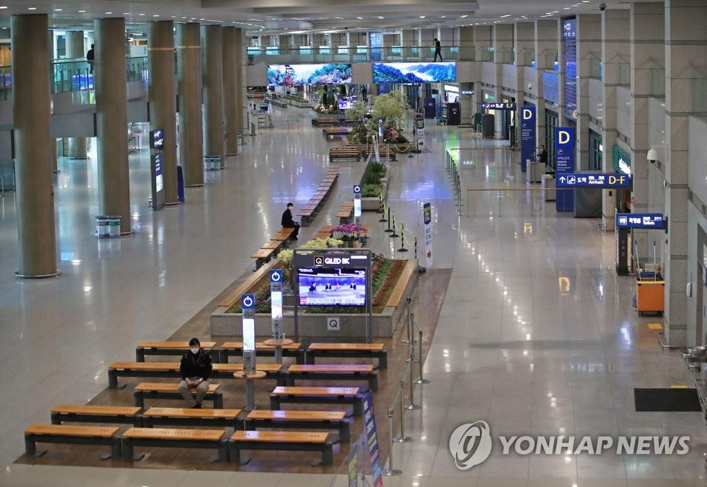 资料图片:5月7日上午,仁川国际机场第一航站楼到达大厅异冷冷清清。自2月底韩国新型冠状病毒(COVID-19)疫情现高峰以来,仁川机场客流量减少九成以上。 韩联社