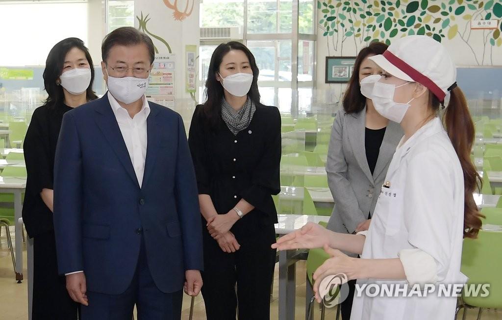 5月8日,韩国总统文在寅(左二)走访了位于首尔市龙山区的中京高中。 韩联社