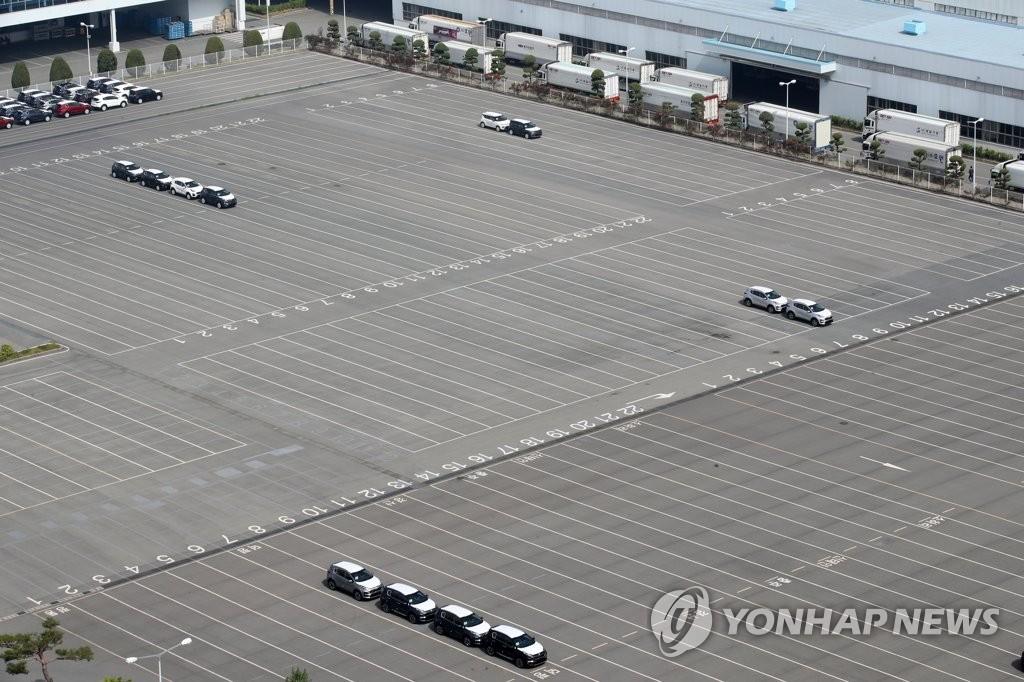 资料图片:起亚汽车光州第2工厂停车场一派冷清,图片摄于2020年5月。 韩联社