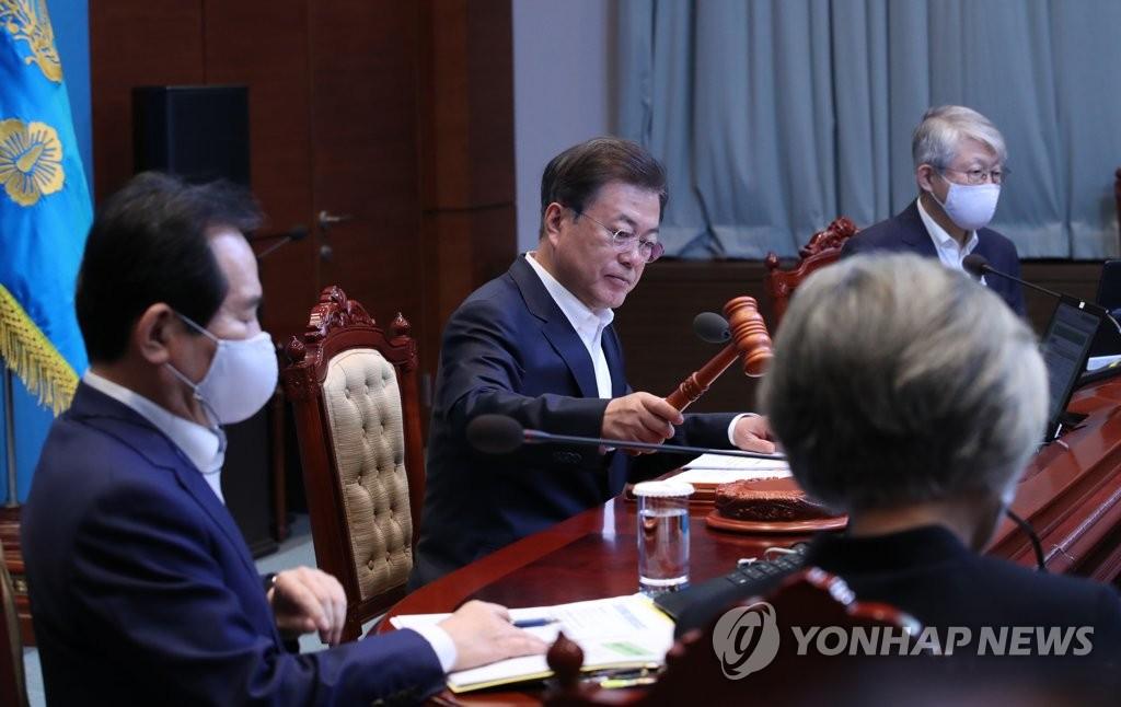 5月12日,在青瓦台,文在寅(居中)主持召开国务会议。 韩联社