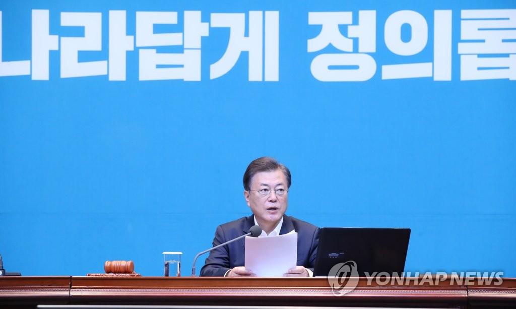 5月12日,在青瓦台,文在寅主持召开国务会议。 韩联社