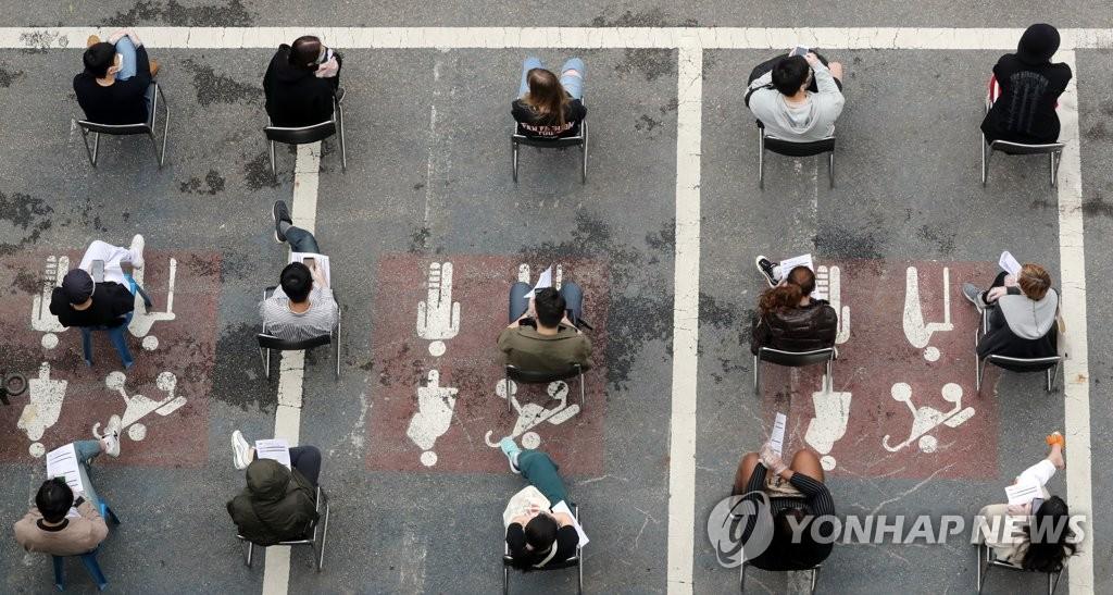 资料图片:在筛查诊所等待接受病毒检测的市民 韩联社