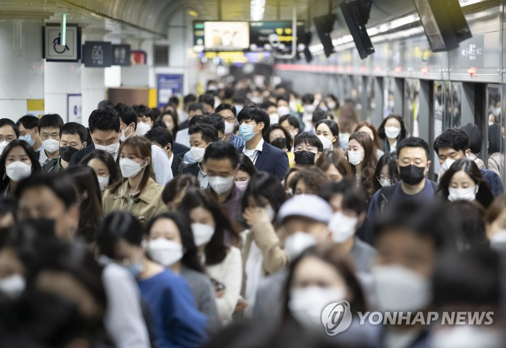 资料图片:5月13日,在首尔市光化门地铁站,乘客们都戴上了口罩。 韩联社