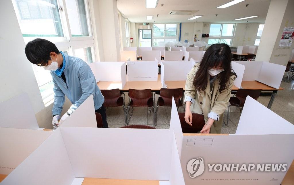 教职工为线下复课做准备。 韩联社