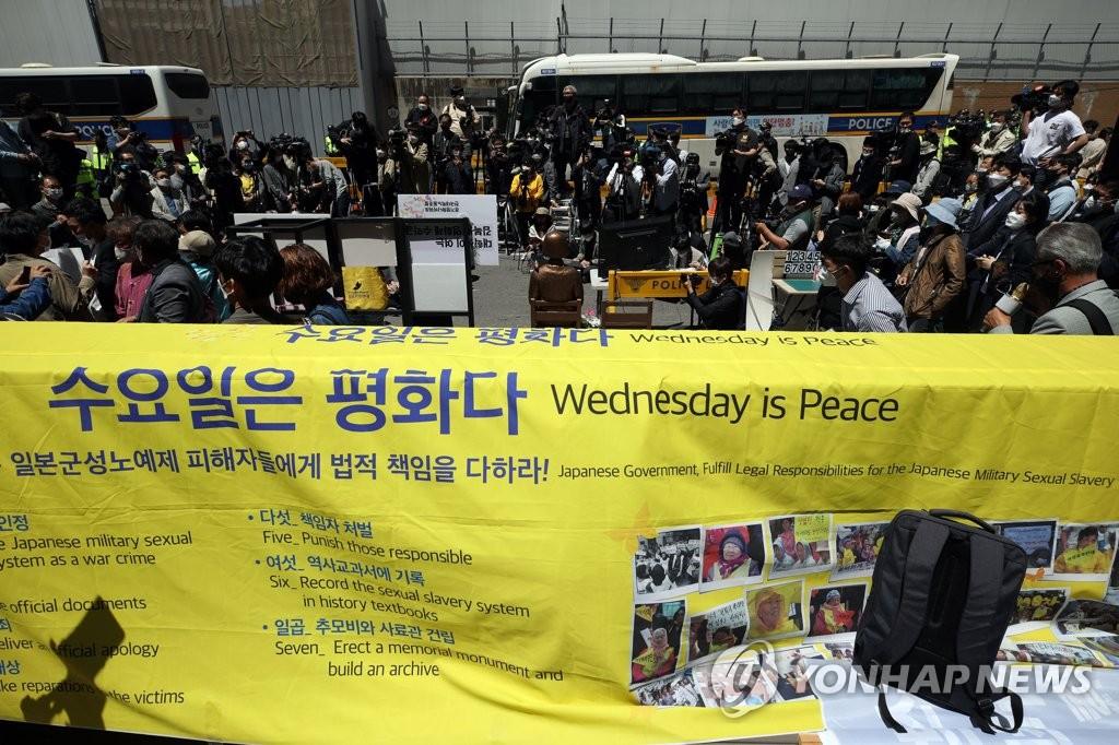 5月13日,在首尔市钟路区日本驻韩使馆原址前,解决日军性奴问题正义记忆连带组织周三集会。 韩联社