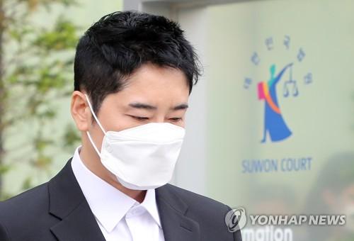 演员姜志焕走出法庭