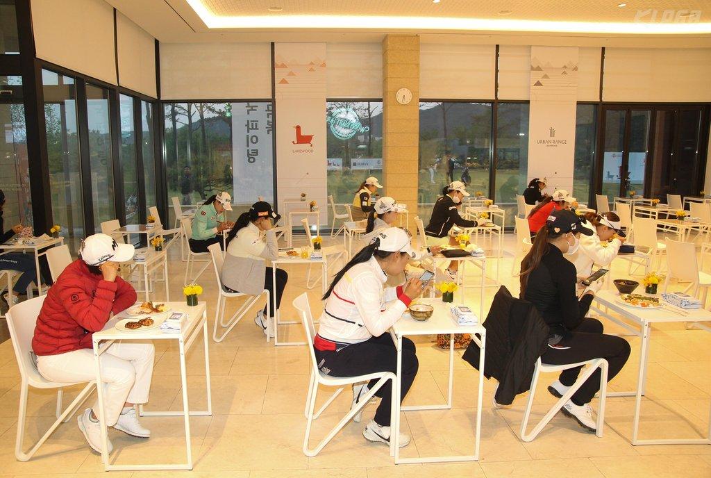 """资料图片:5月14日,2020年KLPGA锦标赛在京畿道杨州举行。图为选手们一人一座""""考试式""""用餐。 韩联社/韩国女子职业高尔夫球协会供图(图片严禁转载复制)"""