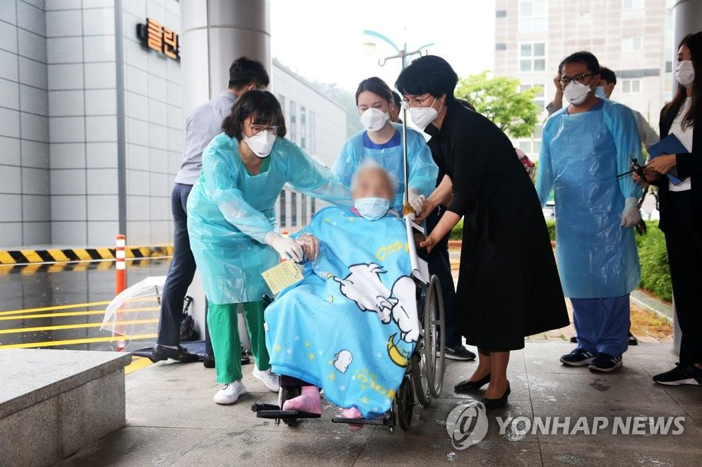 5月15日,在庆尚北道浦项市庆北道立浦项医疗院,韩国最高龄新冠患者、现年104岁的崔奶奶治愈出院。 韩联社