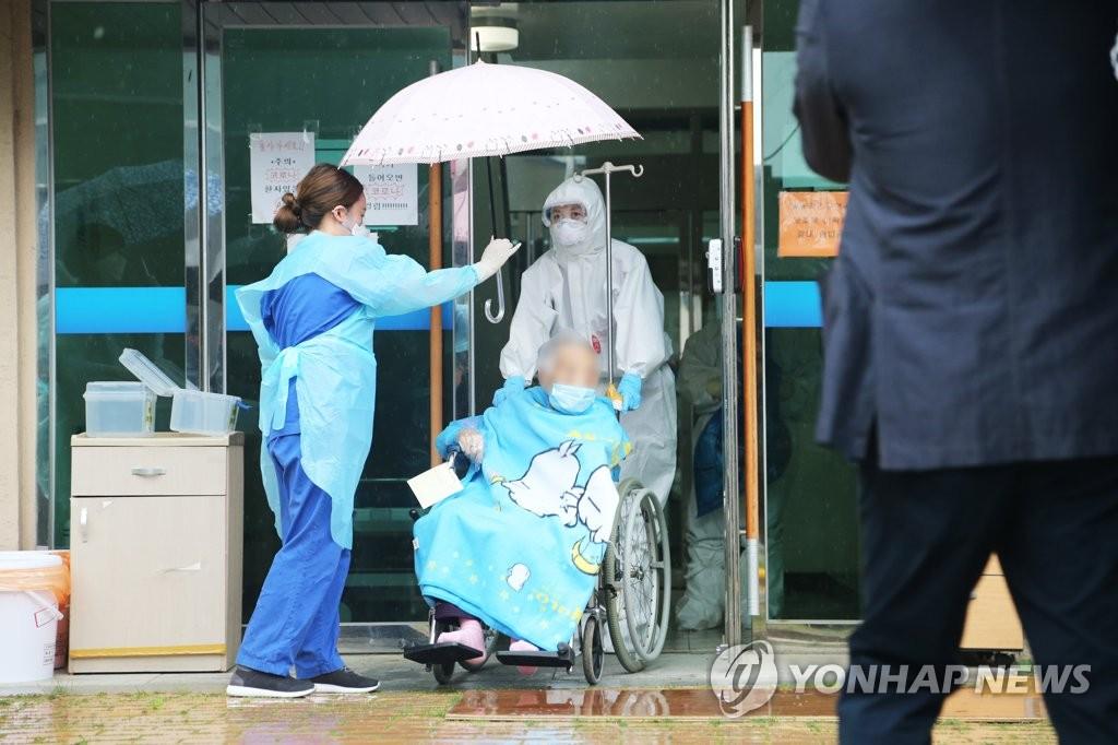 韩104岁最高龄新冠患者治愈出院