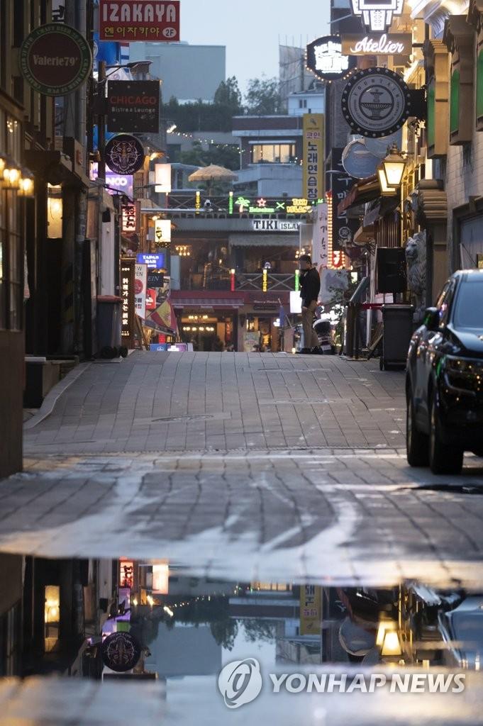 疫情下冷清的梨泰院街头,图片摄于5月16日。韩联社