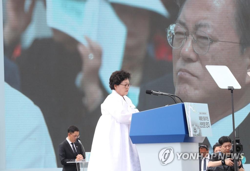 5月18日上午,在光州广域市东区原全南道政厅前广场,参加五一八民运纪念仪式的民主烈士家属朗读书信。 韩联社