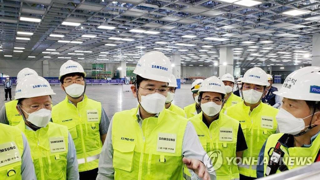 资料图片:5月18日,在陕西省西安市,李在镕参观三星半导体厂。 韩联社/三星电子供图(图片严禁转载复制)