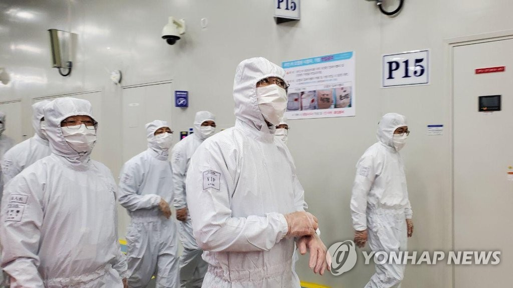 资料图片:三星电子副会长李在镕(右二)参观位于中国西安的半导体生产工厂。 韩联社/三星电子供图(图片严禁转载复制)