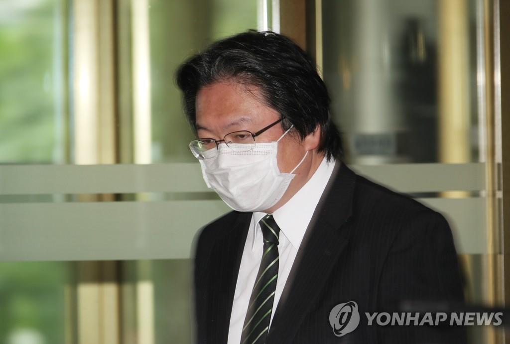 5月19日,被韩国外交部召见的日本驻韩大使馆总括公使相马弘尚进入外交部大楼。 韩联社