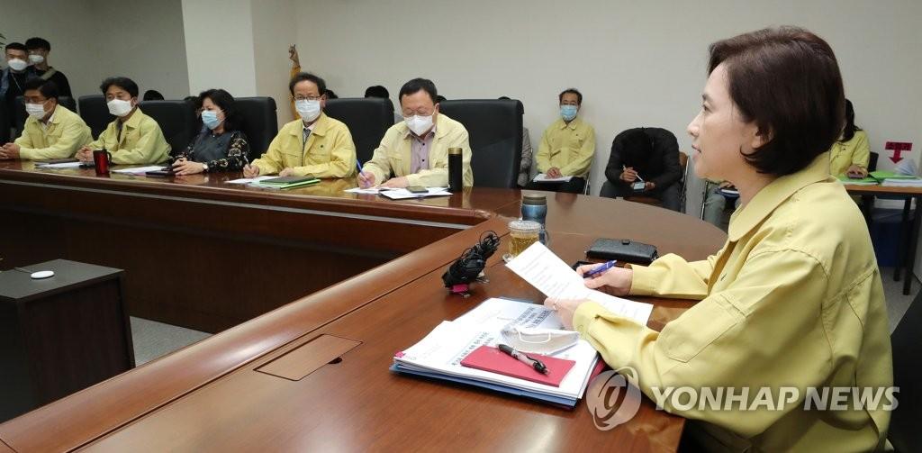资料图片:5月19日下午,在中央政府世宗办公楼,韩国社会副总理兼教育部长官俞银惠主持会议部署复课工作。 韩联社