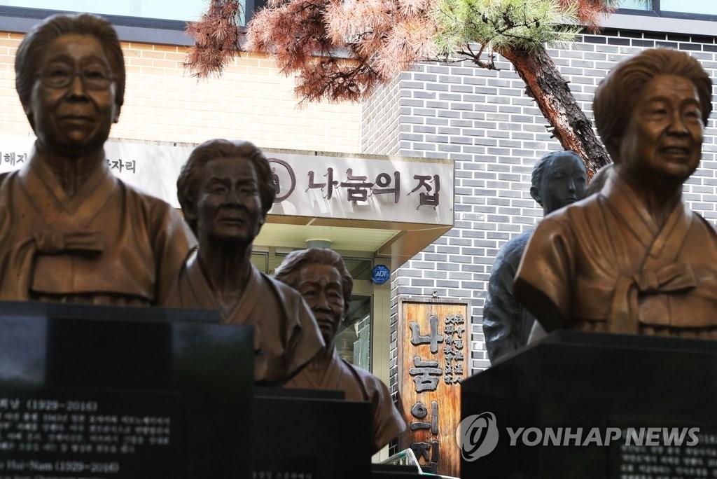 """图为5月19日在京畿道广州市的慰安妇""""分享之家""""拍摄的""""慰安妇""""雕像。韩联社"""