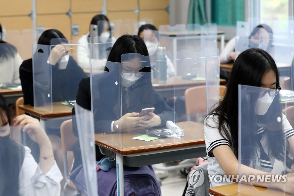 资料图片:5月20日,在位于大田市儒城区的一所高中,高三学生们准备上课。当天,韩国高三学生时隔80天返校复课。 韩联社