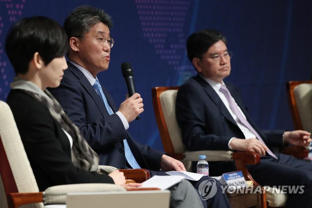资料图片:2020年5月20日,在首尔中区的韩国新闻中心,韩国外交部北美局局长高鈗周(居中)就韩美同盟发表看法。 韩联社