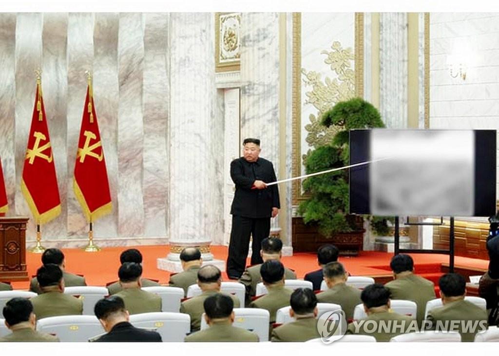 据朝媒5月24日报道,金正恩主持召开第七届中央军委第四次扩大会议。 韩联社/《劳动新闻》官网截图(图片仅限韩国国内使用,严禁转载复制)