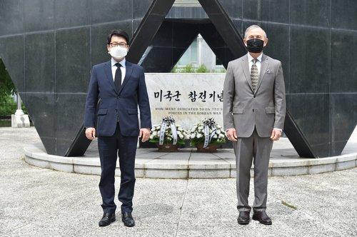 美驻韩大使拜谒美军参战纪念碑