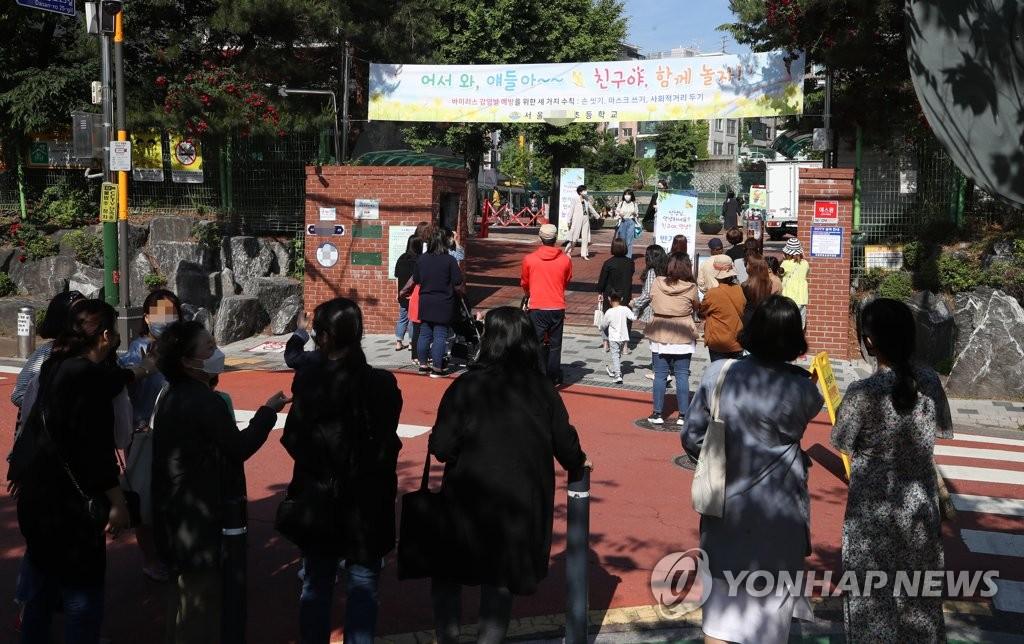 韩第二批学生复课首日新增病例剧增引担忧