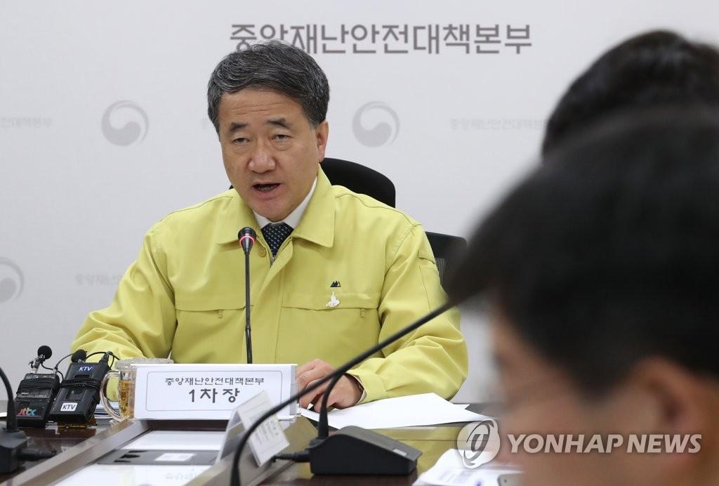 资料图片:韩国中央灾难安全对策本部第一次长、保健福祉部长官朴凌厚在会上发言。 韩联社