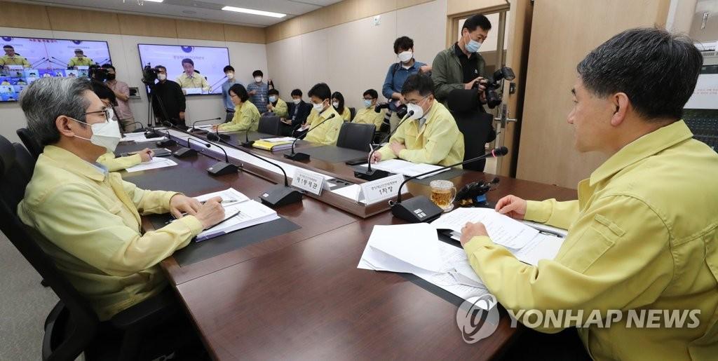 5月28日,韩国中央灾难安全对策本部第一次长、保健福祉部长官朴凌厚(右)主持召开会议。 韩联社