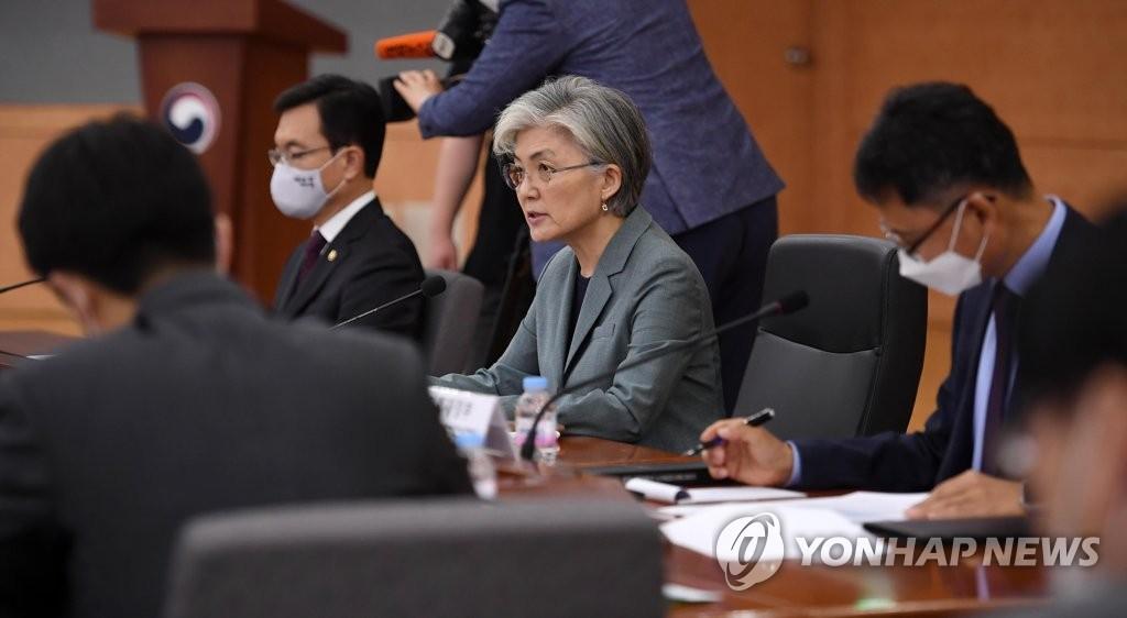 资料图片:韩国外长康京和(中) 韩联社