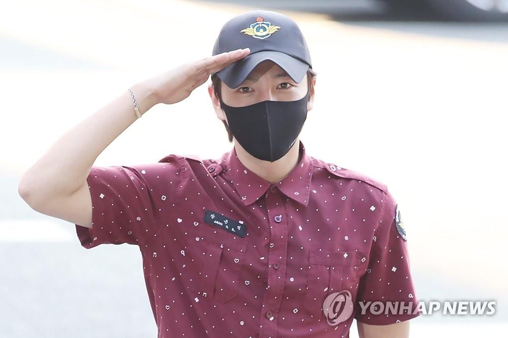 韩星张根硕服役期满正式退伍