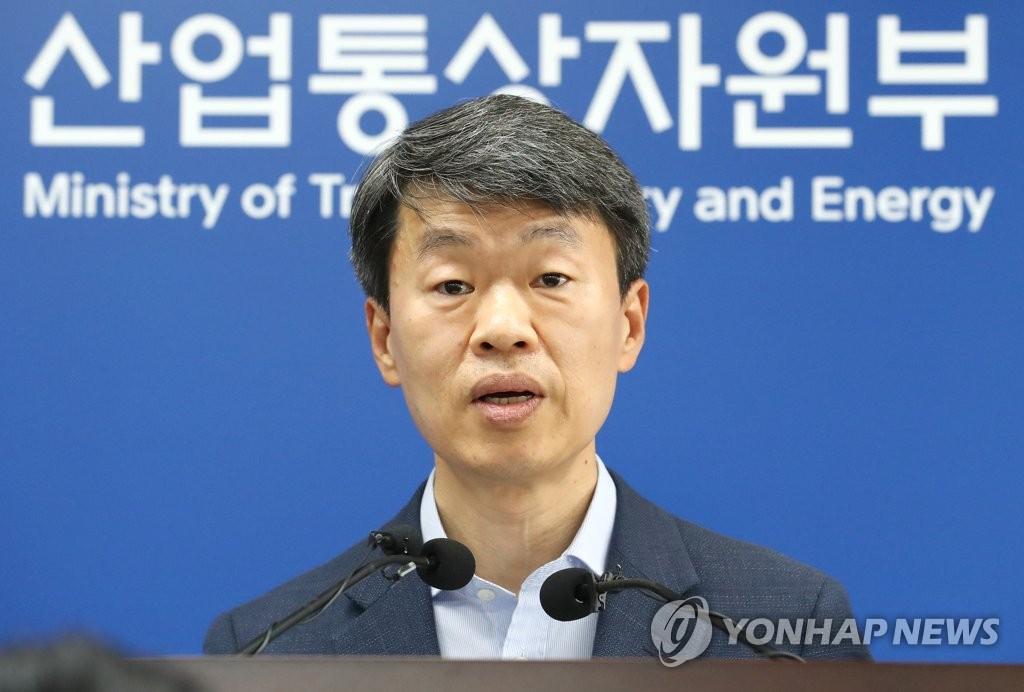 资料图片:6月1日上午,在韩国中央政府世宗办公楼,产业通商资源部贸易投资室长罗承植发布5月进出口情况。 韩联社