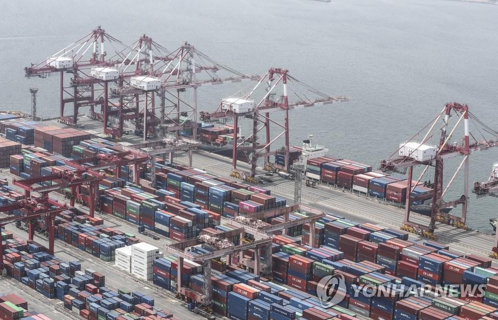 资料图片:图为釜山港集装箱码头,摄于6月1日。 韩联社