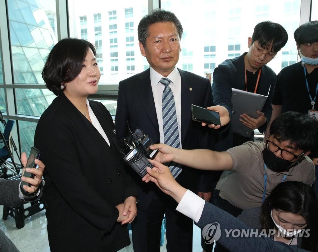 6月1日,在国会议员会馆,共同民主党议员郑清来走出尹美香议员办公室后答记者问。 韩联社